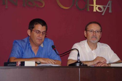 El biólogo, Juan Antonio Pujol, introduce el acto de presentación de la novela