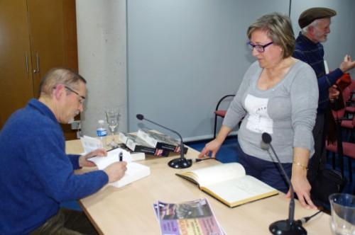 Firmando un ejemplar donado a la Biblioteca por su excelente acogida