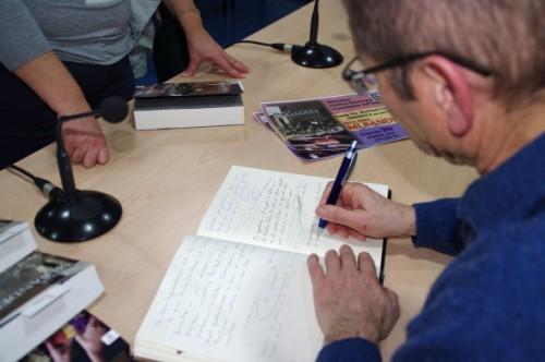 Todo un honor firmar en el Libro de Honor de la Biblioteca