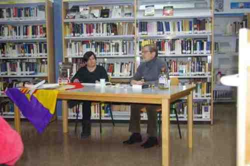 Graciela Conesa, la bibliotecaria, introduce el acto haciendo una semblanza del autor y de su obra.